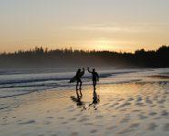 Surfer am Long Beach in Tofino, BC